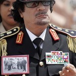 Muammar Gheddafi in pieno fulgore militare