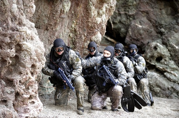 Members of Gruppo di Intervento Speciale (Special Intervention Group) force unit of the Italian Carabinieri military police train during an anti-terror drill near Livorno's harbour, central Italy, April 21 2009. REUTERSAlessandro Bianchi (ITALY MILITARY) - RTXIW6Z