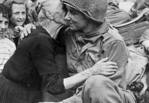 25 aprile 1945: il bacio al soldato americano (Getty foto)