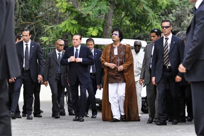 Il presidente del Consiglio Silvio Berlusconi ed il leader libico, Muammar Gheddafi, entrano nell'Accademia libica in Italia, questo pomeriggio 30 agosto 2010. ANSA/GUIDO MONTANI